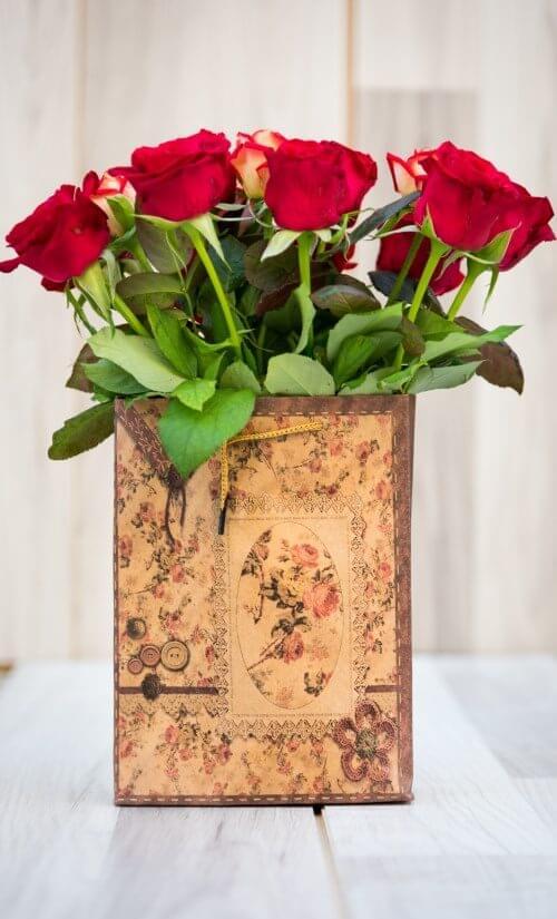 תיק עם ורדים אדומים