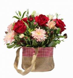 סידור ורדים באווירה כפרית