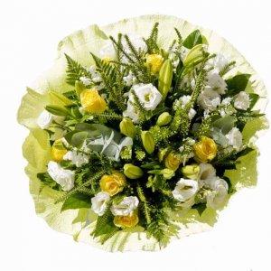 זר פרחים ליליות בשילוב ורדים צהובים