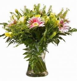 פרחי גרברות עם ורדים