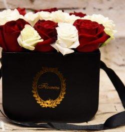סידור ורדים בתיק שחור